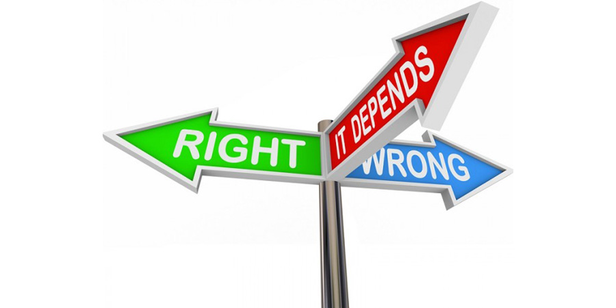 آیا خطمشیهای تنظیمی (Regulation) یک تهدید یا هزینه به شمار میرود؟ عموماً از سوی کسبوکارها، خطمشیهای تنظیمی یا به عبارتی رگولاتوری (Regulation) یک مانع رشد اقتصادی محسوب میشود، این خطمشیها بهعنوان یک عامل هزینه و مانعی بر سر نوآوری قلمداد میشوند. اما آیا واقعاً خطمشیهای تنظیمی یک تهدید یا هزینه به شمار میرود؟ در این نوشتار تلاش خواهم کرد تا دلایل و اعتراضات مخالفین خطمشیهای تنظیمی را بهاجمال ارائه نمایم. ۱-رگولاتوری بهمثابه وضع قواعدی اشتباه خطمشیهای تنظیمی در نظر کسبوکارها یا صنایع مختلف اثرات متفاوتی دارد. بهعنوانمثال صنایعی که جزء صنایع آلاینده به شمار میروند، توسط خطمشیگذار مکلف به استفاده از فناوریهایی میشوند که آلایندگی کمتری دارند و حالآنکه از دید صاحب صنایع، این قاعده به ضرر او خواهد بود چراکه چنین فناوریهایی بهشدت سود وی را کاهش خواهد داد. ۲-رگولاتوری بهمثابه عامل ابهام و عدم قطعیت قانونی  از دیدگاه مخالفین خطمشیهای تنظیمی، بسیاری از این قواعد در شرایطی وضع میشوند که به لحاظ قانونی و حقوقی عقبه کاملی نداشته و آینده روشنی ندارند درنتیجه این موضوع عدم قطعیت قانونی آنها را افزایش میدهد. ۳-رگولاتوری بهمثابه قواعدی منسوخ مشخصاً مخالفین رگولاتوری در عرصه فضای مجازی مدعیاند که قواعد تنظیمی در شرایطی وضع میشوند که با واقعیت و پیشرفتگی این عرصه تناسبی نداشته و به عبارتی از بدو تولد، منقضی شدهاند. عموماً مخالفین قواعد تنظیمی در صنایع پیشرفته این اعتراض را دارند. ۴-رگولاتوری بهعنوان عاملی برای ایجاد انحصار (monopoly) در بسیاری از مجوزهایی که بهتبع رگولاتوری به بازیگرانی خاص اعطاء میشود عملاً خطمشیگذار آن عرصه را به عرصهای انحصاری تبدیل میکند؛ بهعنوانمثال مجوزهای وارداتی که به فرد یا سازمان خاصی اعطاء میشود. ۵-رگولاتوری بهمثابه خطمشیگذاریِ کورکورانه از دید گروهی از مخالفان، رگولاتوری، نوعی مداخله قاعدهگذار در بخشهای مختلف عمومی یا خصوصی است که برهمزننده تعادل در آن بخشهاست، درواقع خطمشیگذار صرفاً از زوایایی خاص به مسئله نگاه میکند و بقیه جوانب را فدای آن زاویه خاص میکند. ۶-چالش بازرسیها در رگولاتوری   تفاوت رویکرد بازرسها منجر به اعتراض گروهی دیگر از مخالفین خطمشیهای تنظیمی شده است، درواقع این چالش در مقام ارزیابی و اجرای خطمشیهای تنظیمی مطرح میشود؛ به بیانی دیگر خطمشیه